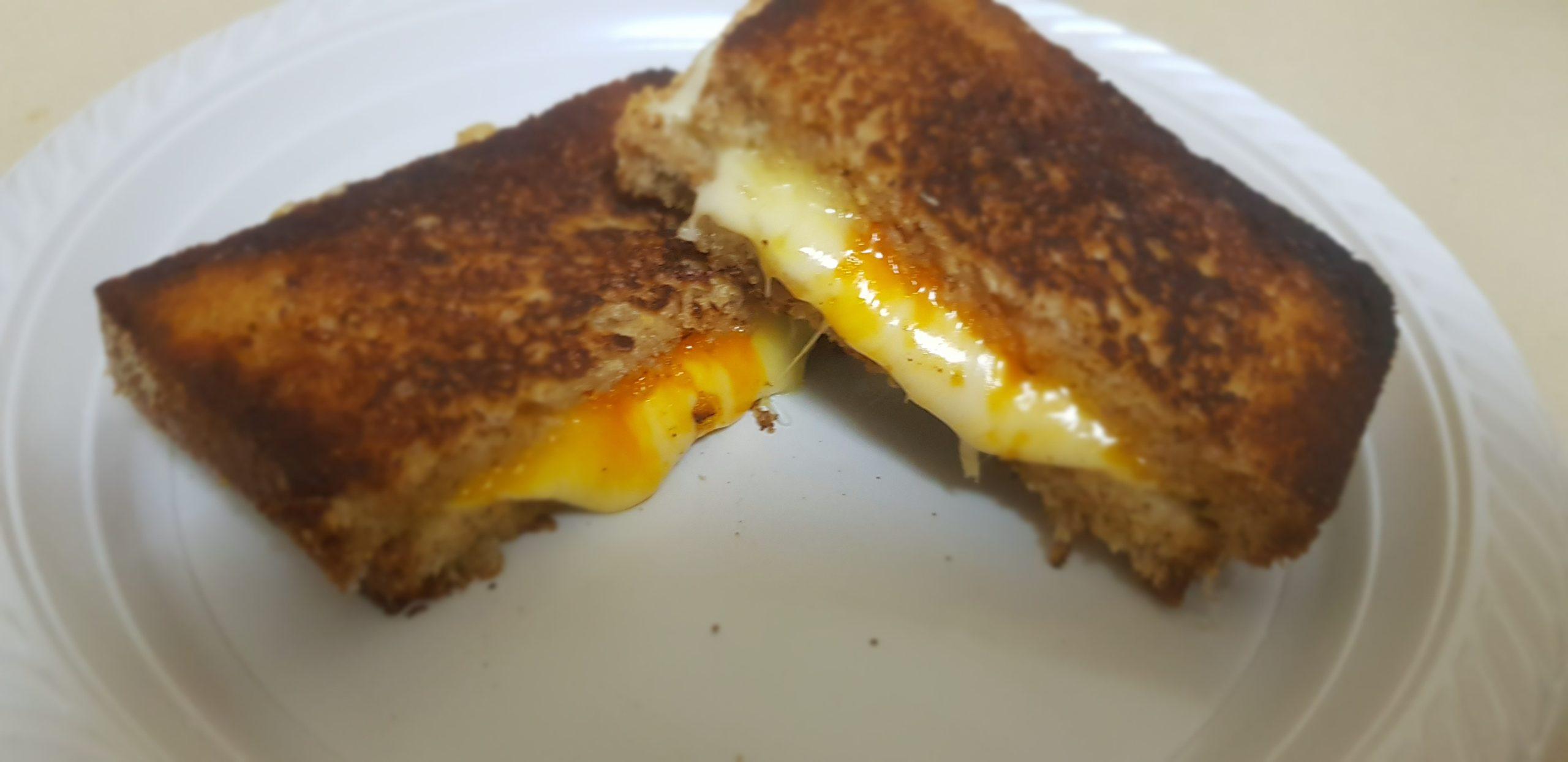 Comment faire un sandwich croquant et grillé aux deux fromages (en 5 minutes)