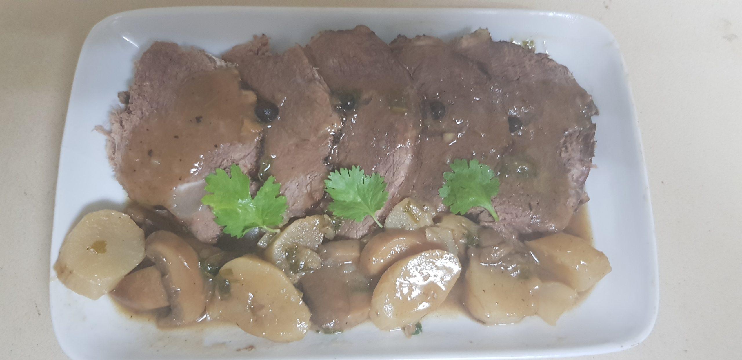 Roti de viande tendre aux topinambours et champignons