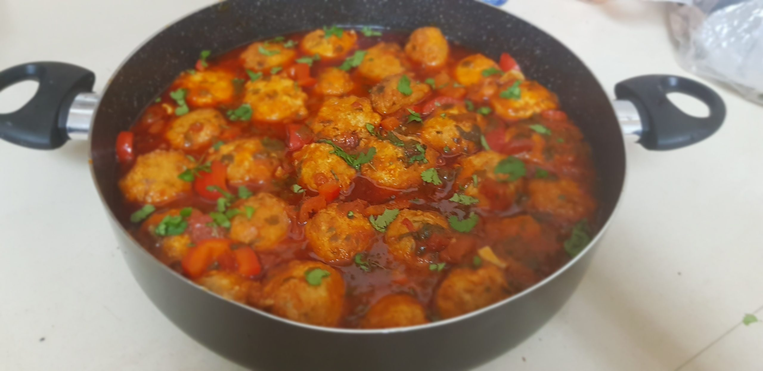 Boulettes de poisson à la sauce rouge aux poivrons